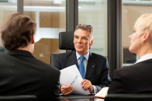 Bei einer Abmahnung kann eine Rechtsberatung durch einen Anwalt von Vorteil sein.