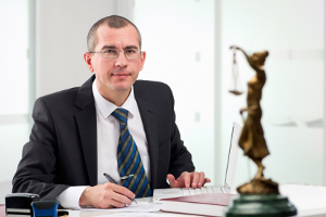 Mithilfe eines Anwalts kann die Verjährung einer Abmahnung unterbrochen bzw. gehemmt werden.