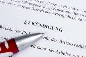 Laut Arbeitsrecht gibt es auch die Möglichkeit, eine Kündigung zu umgehen, indem ein Aufhebungsvertrag geschlossen und eine Abfindung gezahlt wird