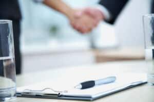 Das Arbeitsrecht enthält Regeln und Pflichten von Arbeitgeber und Arbeitnehmer