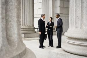 Ein Rechtsanwalt aus Erlangen, der auf Arbeitsrecht spezialisiert ist, hilft auch bei Gerichtsverhandlungen.
