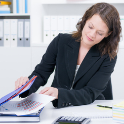 Wegen Freebooting eine Abmahnung verschicken: Ein Rechtsanwalt kann dabei hilfreich sein.