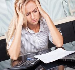 Eine Abmahnung zu verweigern, kann Kopfzerbrechen bereiten. Im Notfall hilft ein Anwalt für Arbeitsrecht.