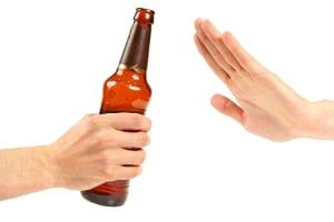 Abmahnungsgründe für Mitarbeiter können auch mit Alkohol zusammenhängen.