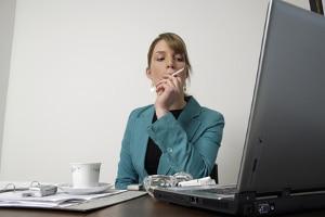 Einer der Gründe für eine Abmahnung: Rauchen am Arbeitsplatz.