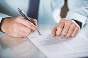 Eine Unterlassungserklärung nicht direkt unterschreiben: Hier erfahren Sie, wieso das ratsam ist.