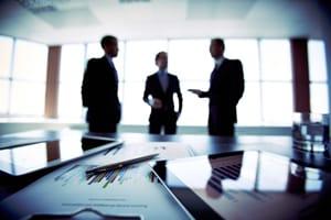 Mitbewerber abmahnen: Unternehmer können bei unlauterem Verhalten eine Abmahnung durch die Konkurrenz erhalten.