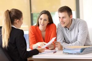 Haben Sie Probleme mit Ihrer GmbH und dem Impressum? Zu den Pflichtangaben kann Sie auch ein Anwalt beraten.