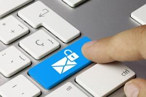 Eine GmbH muss im Impressum in jedem Fall Kontaktdaten für Kunden, wie zum Beispiel die E-Mail-Adresse, bereitstellen.