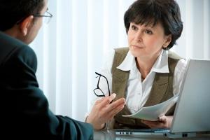Wenn Sie eine Abmahnung wegen Beleidigung bekommen, sollen Sie ein Gespräch mit Ihrem Vorgesetzten suchen.