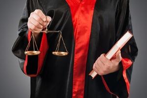 Ein Anwalt für Arbeitsrecht in Wiesbaden unterstützt Sie auch vor einem Arbeitsgericht.