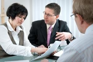 Ein Anwalt prüft die Abmahnung bei Filesharing und formuliert eine modifizierte Unterlassungserklärung.