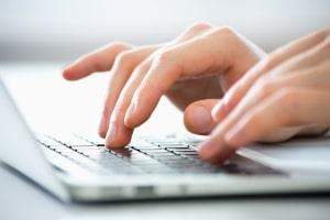 Mit wenigen Klicks kann im Internet eine Urheberrechtsverletzung wie beim Filesharing erfolgen.